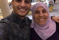 المطرب الفلسطيني محمد عساف مع والدته